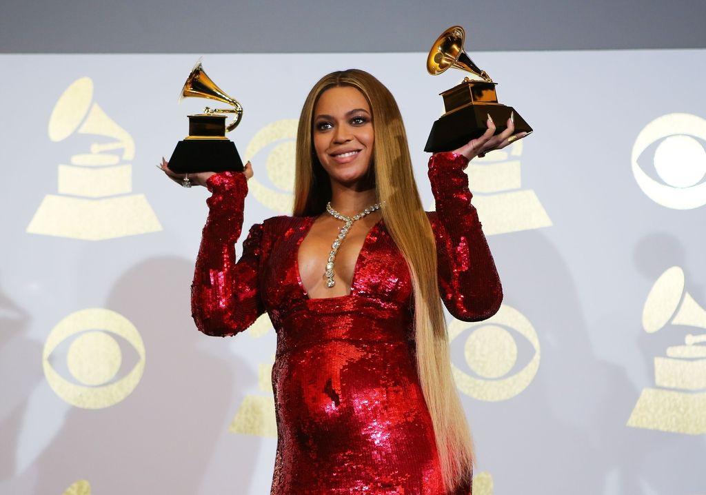Grammyje za album, pesem in posnetek leta osvojila Adele