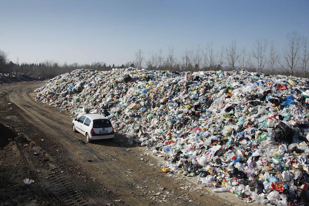 Snaga mora zgraditi šotor za plastične odpadke