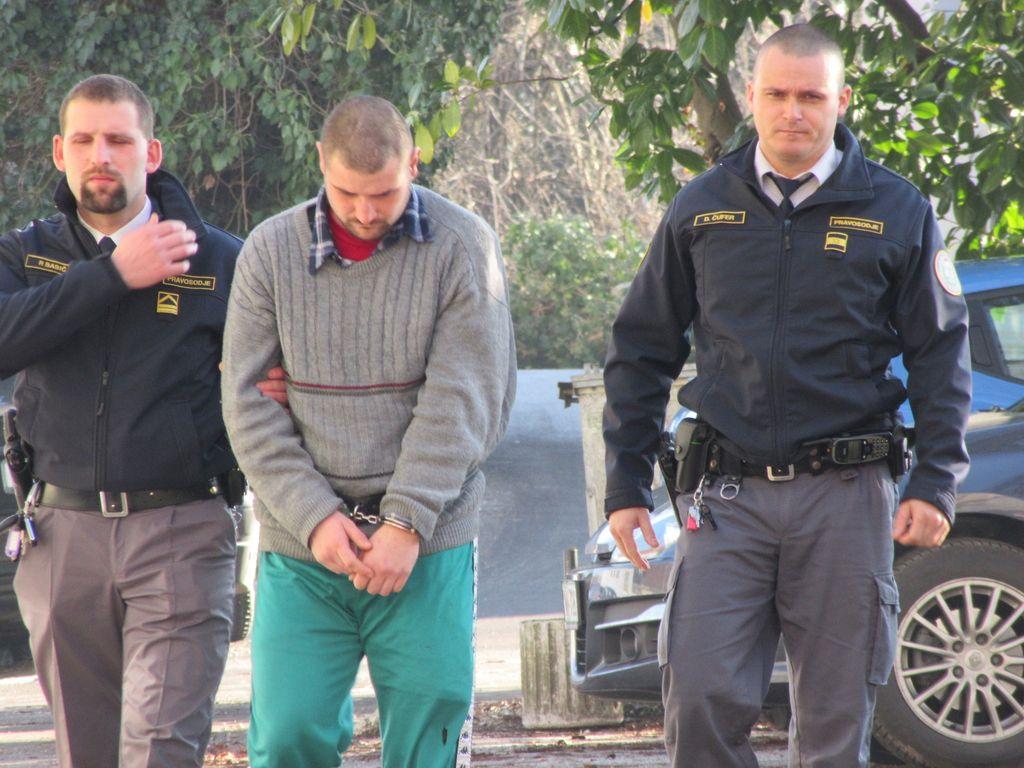 Na sodišču zaradi tatvin, v priporu zaradi krute smrti