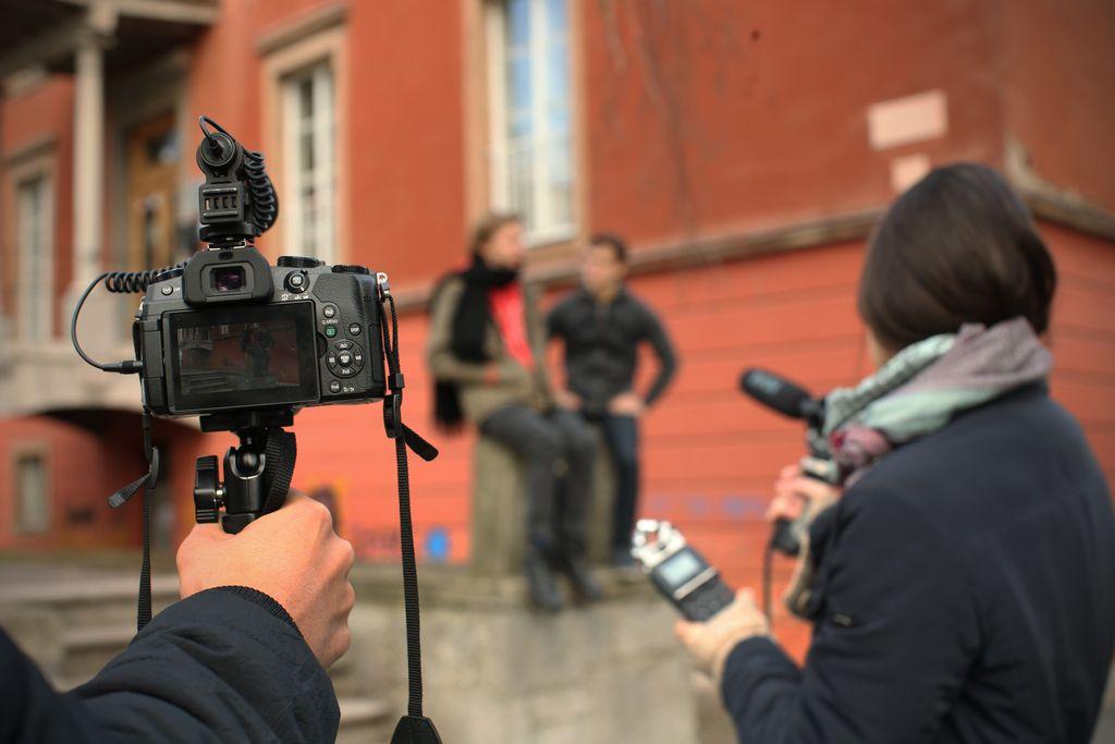 Tkanje prijateljstva pred kamero in za njo