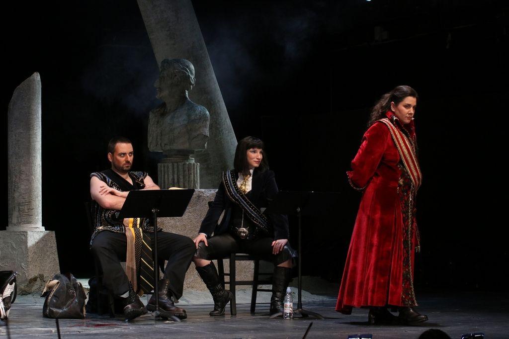 Čarobna polemika z operno konvencijo