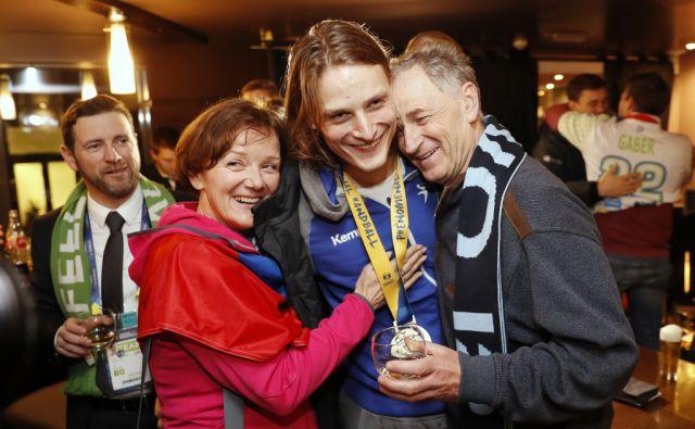 Boštjan Kozole, podpredsednik Rokometne zveze Slovenije, in Jure Dolenec (11) s starši, med slavjem v hotelu po zmagi na tekmi Slovenija - Hrvaška za tretje mesto na Svetovnem prvenstvu v rokometu za moške, v Parizu (Francija), 28. januarja