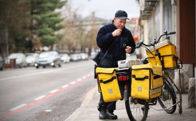 Poštar s kolesom na Njegoševi cesti v Ljubljani, 3.aprila 2013.