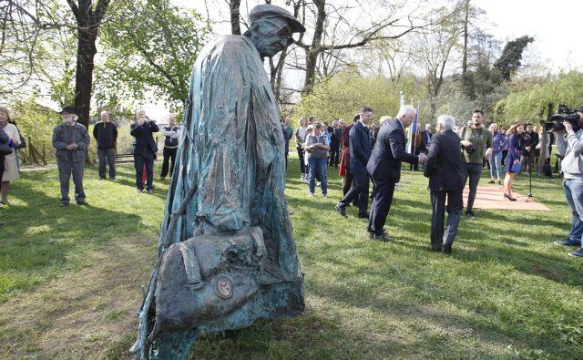 Odkritje spomenika Borisu Pahorju, ki ga je izdelal Mirsad Begić v Ljubljani, 6. april 2017 [spomeniki,Ljubljana,Boris Pahor]