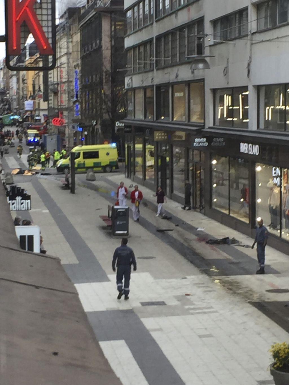 V Stockholmu vozilo zapeljalo v množico