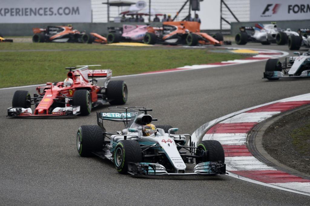 Hamilton v Šanghaju do prve zmage sezone