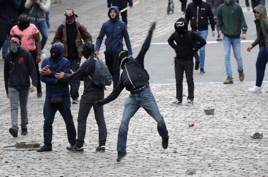 Zaradi moškega z nožem spet panika v Franciji
