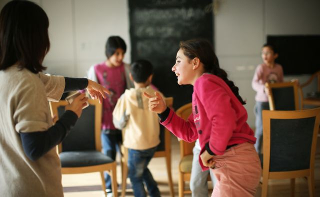 Otroci v igralnici za najmlajše, v nekdanjem Hotelu City Plaza. Hotel ki je bil dalj časa zaprt, so humanitarne in nevladne organizacije ob pomoči še nekaterih uredile v nastanitveni begunski center. Atene, Grčija 17.januarja