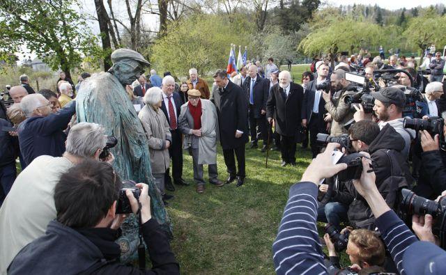 Odkritje spomenika Borisu Pahorju, ki ga je izdelal Mirsad Begić v Ljubljani, 6. april 2017 [Mirsad Begić,Boris Pahor,Borut Pahor,Tone Peršak,spomeniki,Ljubljana]