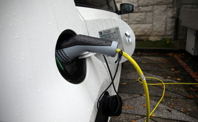 Polnjenje električnega avtomobila 08.novembra 2016 [električna vozila,avtomobili,polnenje,ekologija]