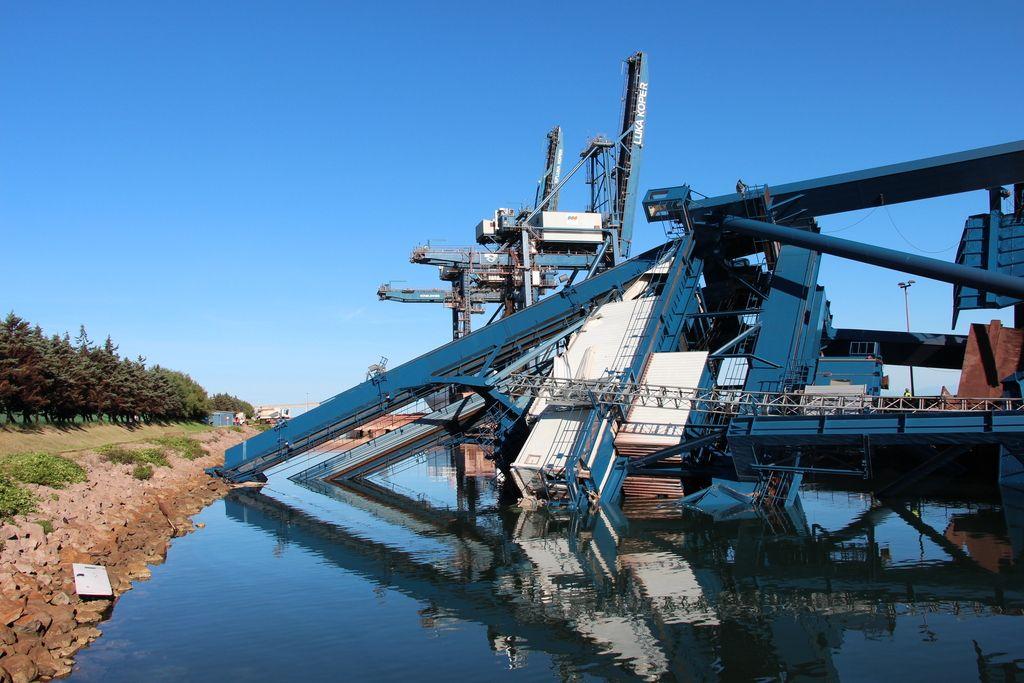 Ladja prevrnila dvigalo, škode za 15 milijonov