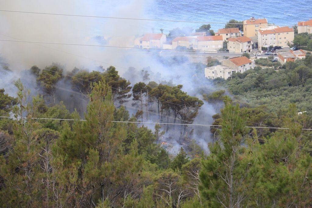 Na območju Makarske obsežen gozdni požar