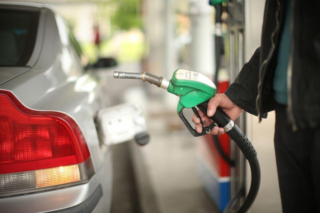 Vlada podaljšala uredbo o oblikovanju cen goriva