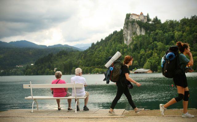 Motiv z Bleda, Slovenija 14.julija 2017. [turizem,turisti,starejši,upokojenci,mladi,popotniki,generacije,nahrbtniki,Blejsko jezero,jezera,voda,lesene klopi,počitek,počitnice,izleti,sprostitev,prosti čas,narava,Blejski grad,Bled,Slovenija]