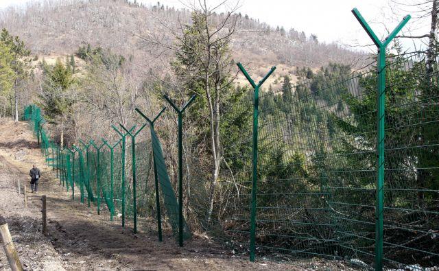 postavljanje ograje na meji s Hrvaško pri mejnem prehodu Babno polje - Prezid. 7.3.2017.  Foto: Marko Feist
