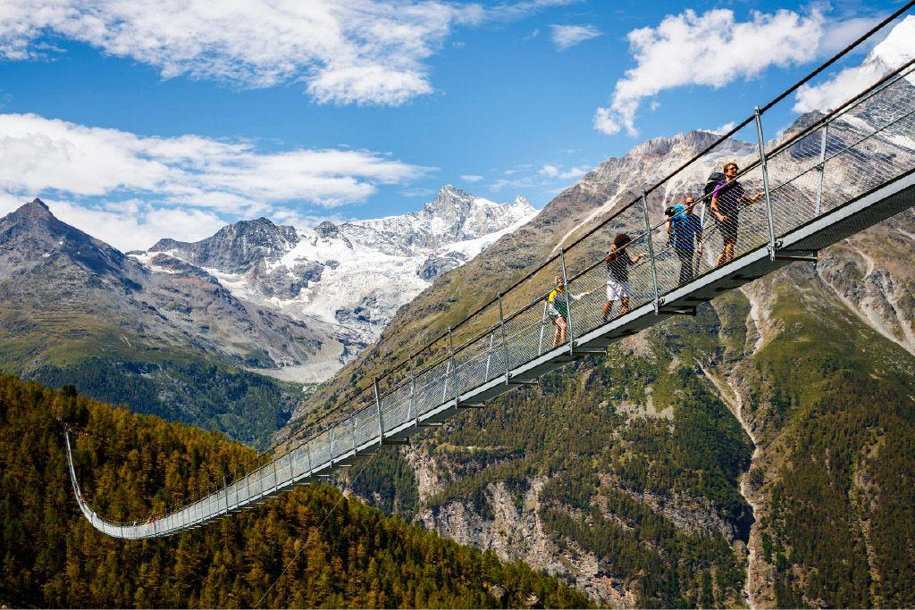 Most z veličastno gorsko kuliso