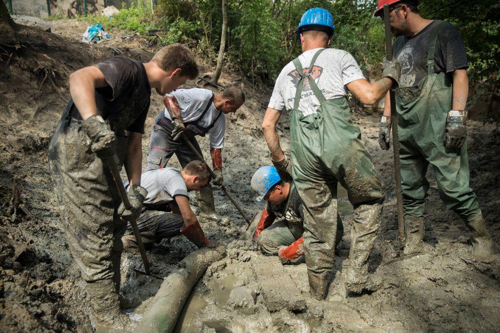 Delavci na Tojnici so se začeli boriti z blatnimi usedlinami