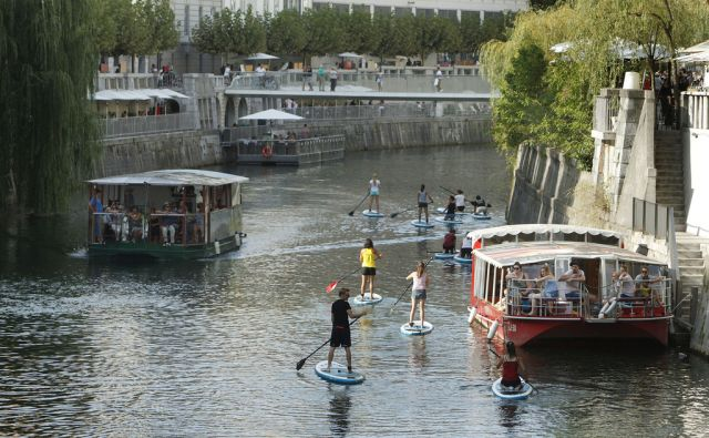 Rečni promet na Ljubljanici. Ljubljana, 17. avgust 2017 [Ljubljanica,Ljubljana,reke,supi,supanje,ladije]