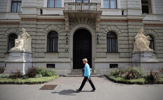 Obnovljena kipa pred predsedniško palačo 13.9.2017 Ljubljana Slovenija [kipi,predsedniška palača,Ljubljana,Slovenija]