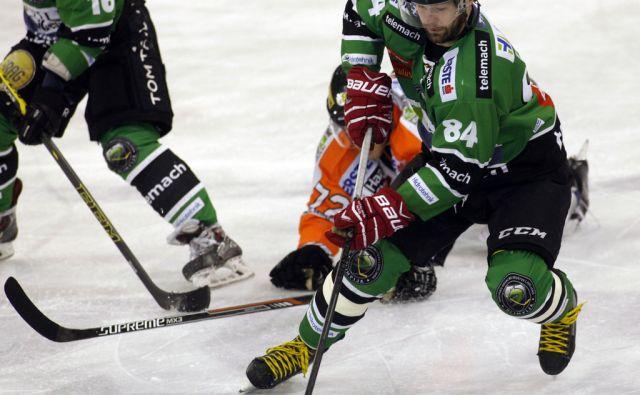 Hokej HDD Telemach- Olimpija proti Moser Medical Graz 99ers. Igralec Olimpije Hebar Andrej v napadu. V  Ljubljani 6.1.2015