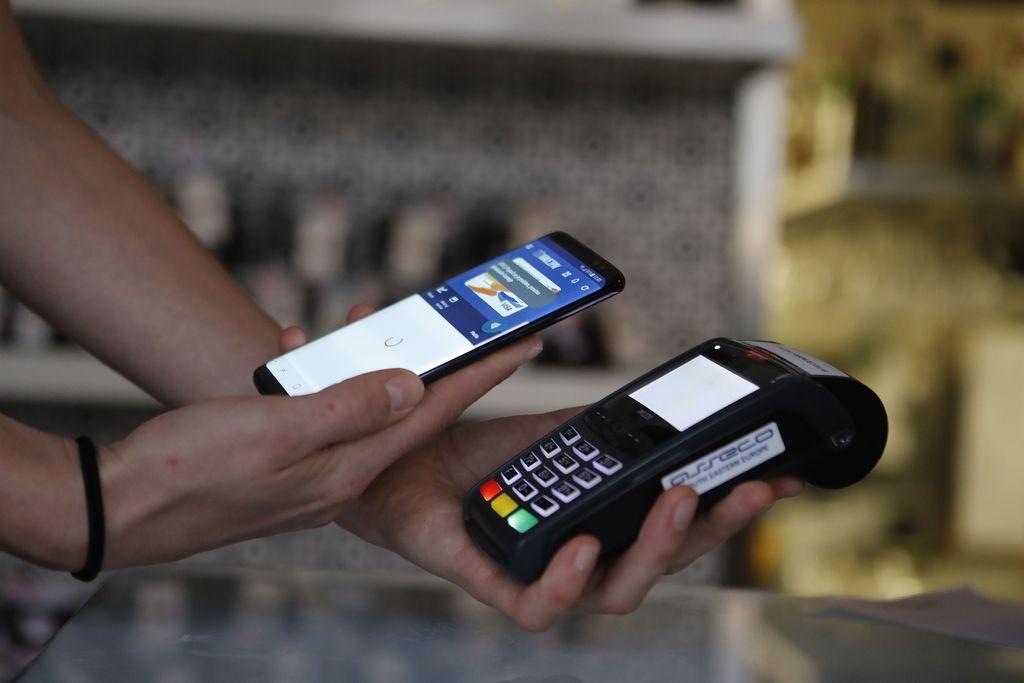 Prislanjajo telefone, ne več plačilnih kartic