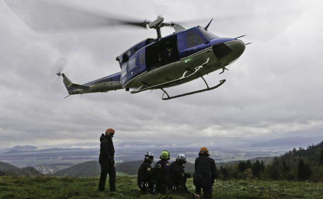 Letalska enota slovenske policije čaka na vkrcanje na helikopter pod Krvavcem 17.10.2014 Brnik Slovenija