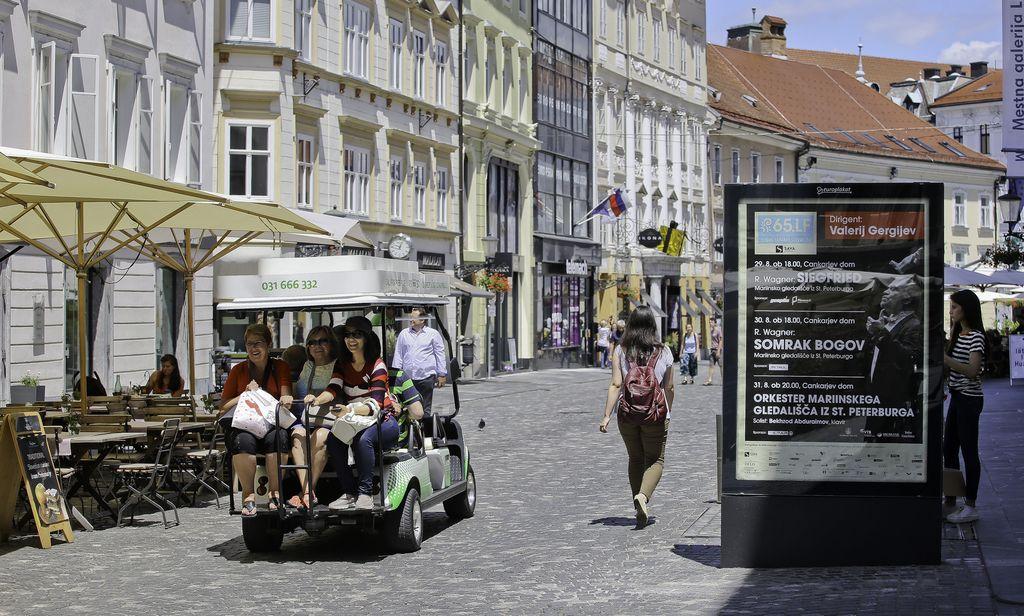Sporno reklamiranje v Stari Ljubljani moti le Levico