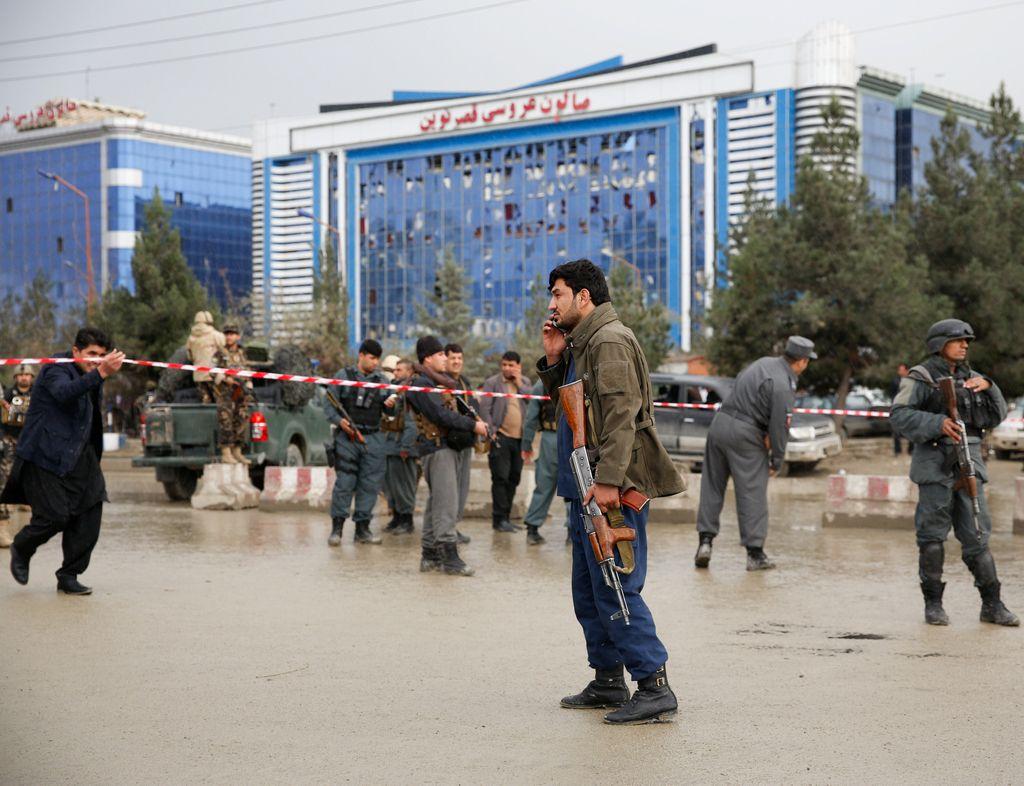 Samomorilski napad v Kabulu zahteval najmanj 14 življenj
