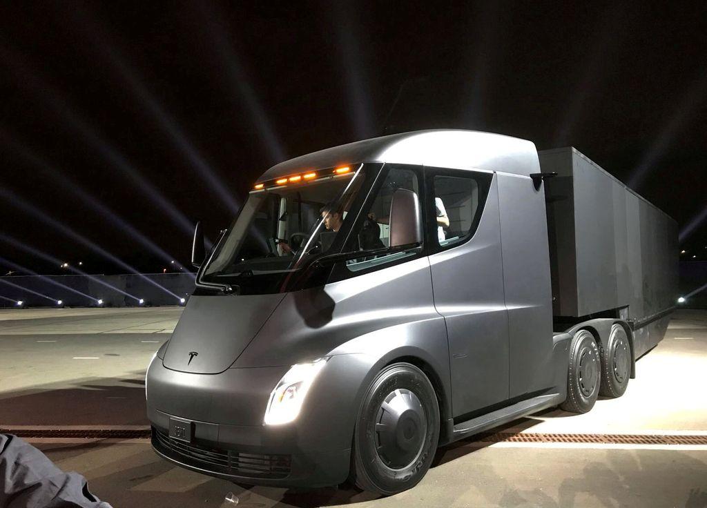Tesla napoveduje še tovorno vozilo in superšportnika
