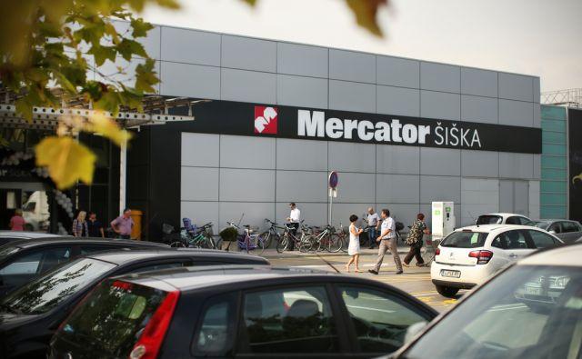 Parkirišče in obiskovalci Mercatorja Šiška v Ljubljani, Slovenija 21.julija 2016. [Mercator Šiška,Mercator,kupci,potrošniki,parkirišča,avtomobili,redarji,podjetja za varovanje,urejanje prometa]