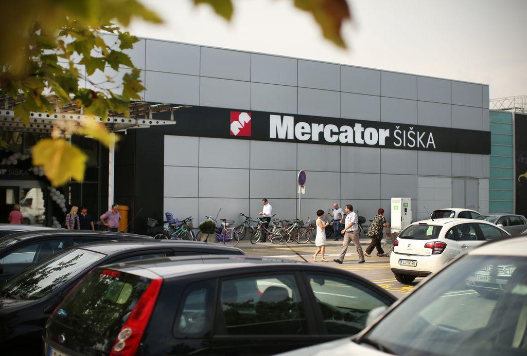 V garažni hiši hipermarketa Mercator zagorel avtomobil