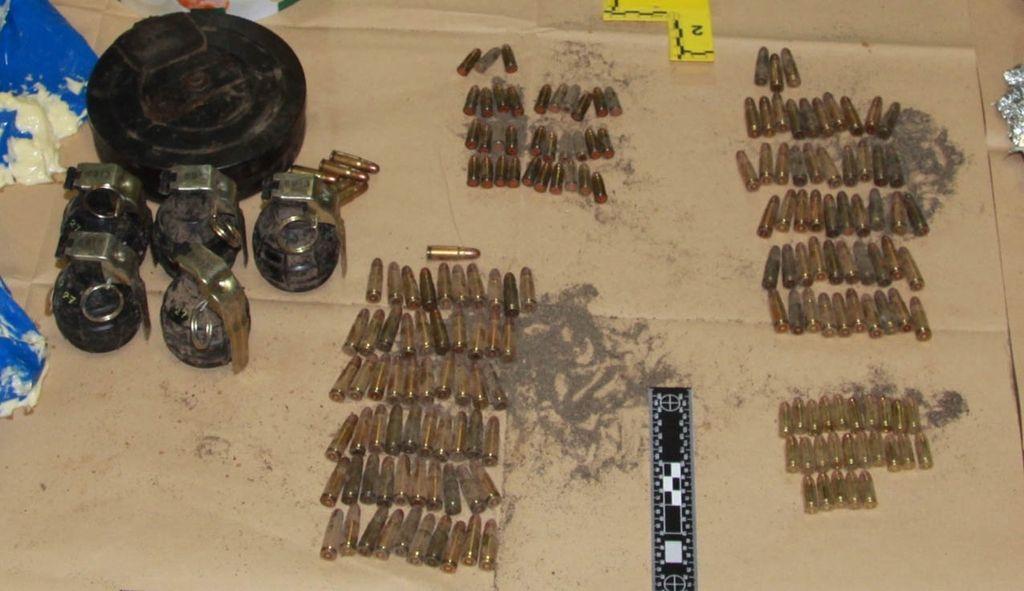 Po najdbi večje količine orožja osumljeni v priporu
