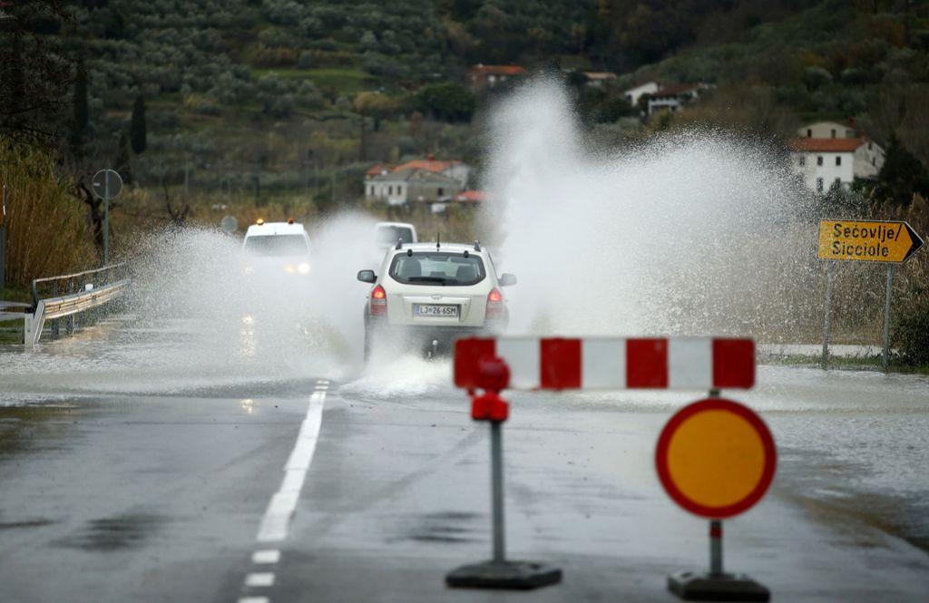 Močan veter in narasle vode povzročajo težave