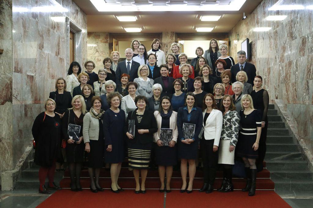 Poslanke vseh dosedanjih mandatov na srečanju v DZ