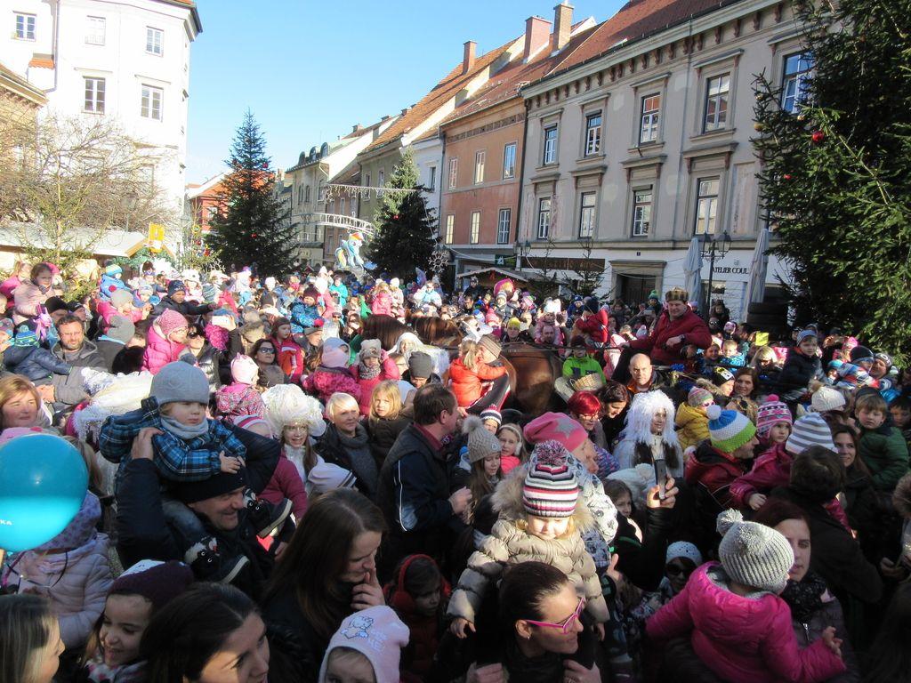 Otroci z dedkom Mrazom že odštevali