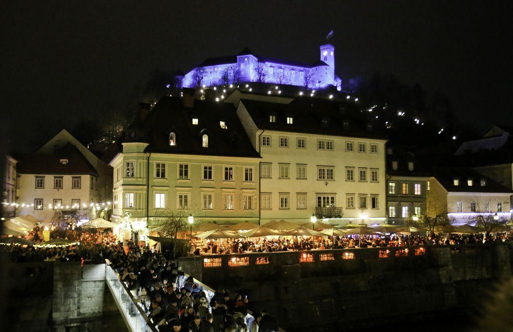 FOTO: Na ljubljanskih trgih in ulicah silvestrovalo približno 100.000 ljudi
