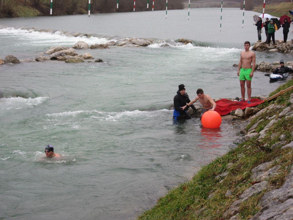 Novoletno plavanje v mrzli Savinji