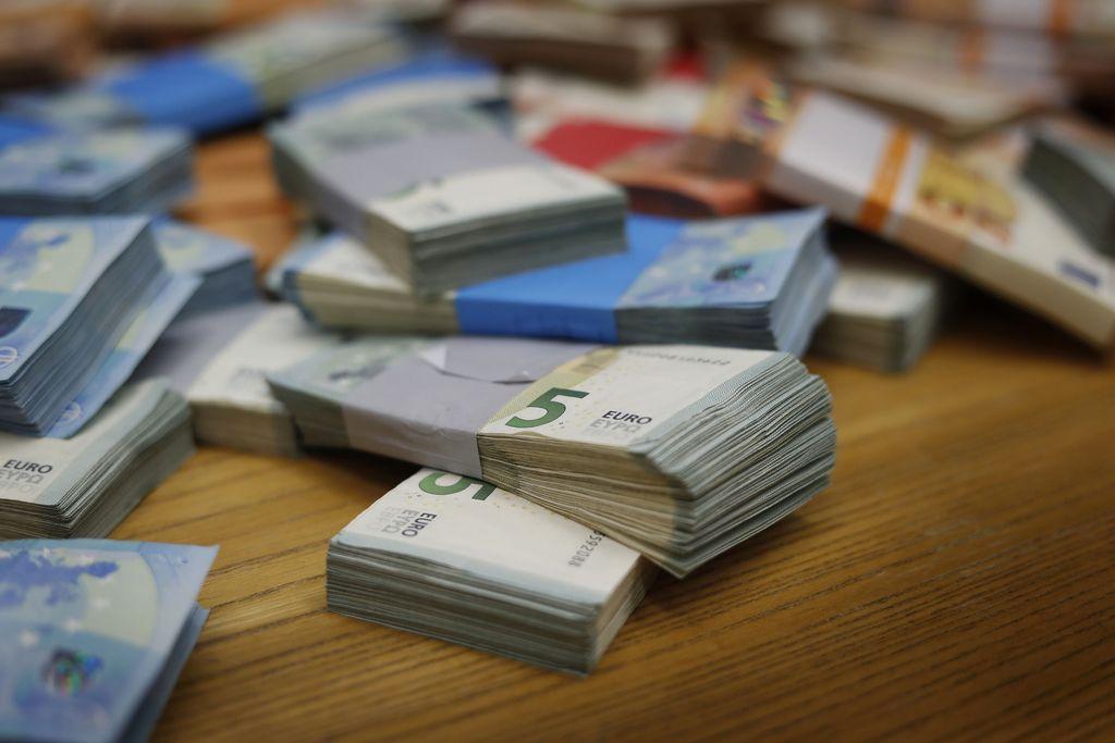 Kratkoročno zadolževanje ostaja donosno za državo