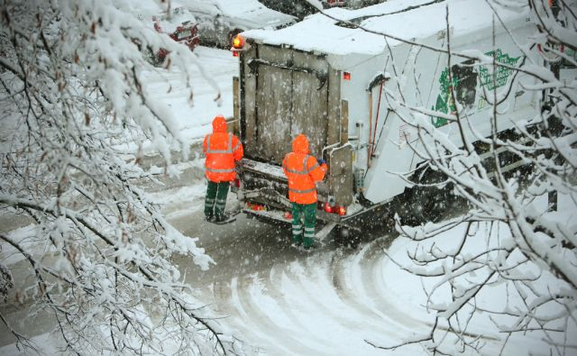 Delavci Snage ob močnem sneženju v Ljubljani, Slovenija 30.januarja 2015.