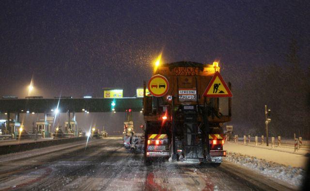 Slovenija, Vransko, 28.11.2010. Pluzenje in posipavanje avtoceste na cestninski postaji Vransko. Foto: Uros HOCEVAR/Delo