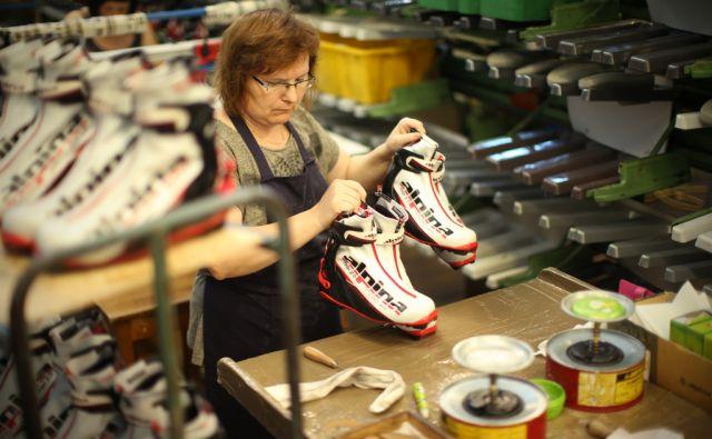 Proizvodnja v podjetju Alpina. Žiri, Slovenija 1. septembra 2016. [Alpina,delavci,zaposlovanje,gospodarstvo,podjetja,tovarne,obutve,čevlji]