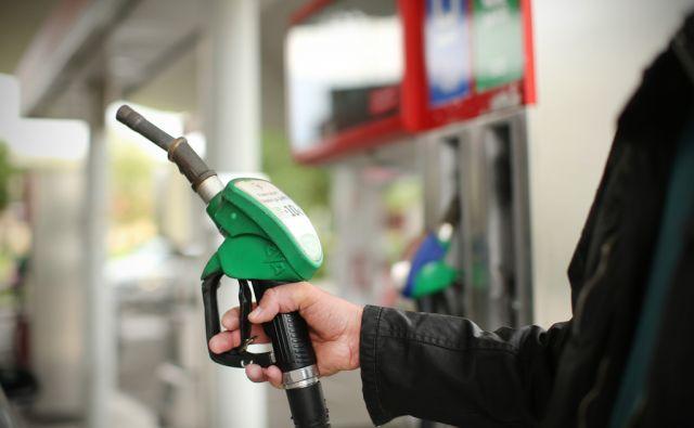 Točenje goriva na bencinskem servisu. Ljubljana, Slovenija 23.maja 2016. [pogonska goriva,bencini,dizel,nafta,družba Petrol,bencinski servisi,točenje goriva]