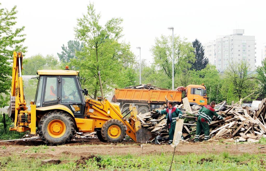 Črnograditelji z junijem laže do gradbenega dovoljenja