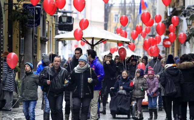 Shod in sprehod z rdečimi baloni,ki opozarjajo na redke bolezni,Ljubljana Slovenija 03.03.2018 [LJudje,baloni]