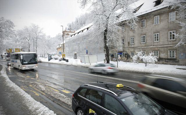 Karlovška cesta 9 med obnovo, v Ljubljani, 6. marca 2018. [gradnje,obnove,sneg,vreme,sneženje,promet,ceste,kolesarji,avtomobili]