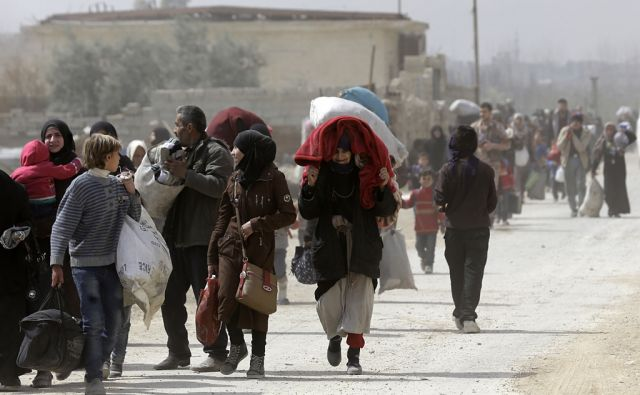 TOPSHOT-CORRECTION-SYRIA-CONFLICT-GHOUTA-FLEE