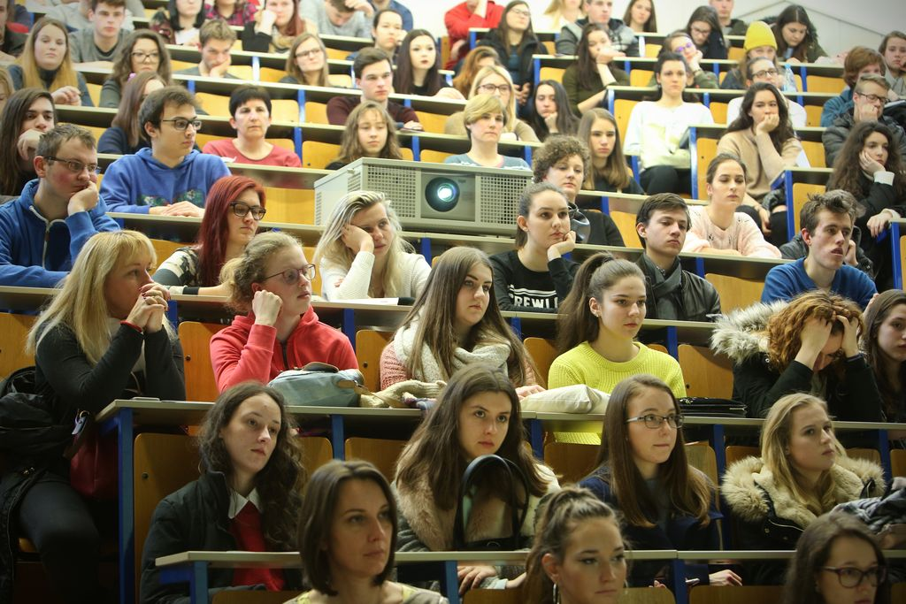 Študenti so odvisni od staršev in lastnega dela