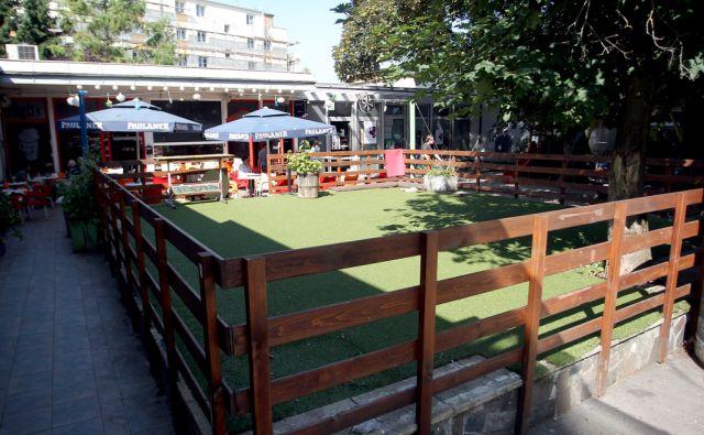 Prulček bar in trgec pred njim,Ljubljana Slovenija 01.07..2016 [Prulček bar]