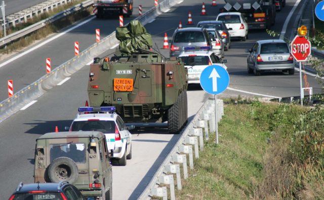 Ljubena pri Celju - Prvo vozilo Patria, ki ga bodo javnosti predstavili v torek, v spremstvu vojake policije med vonjo iz otanja, Arje vasi in Celja proti Mariboru. Foto: Brane Piano