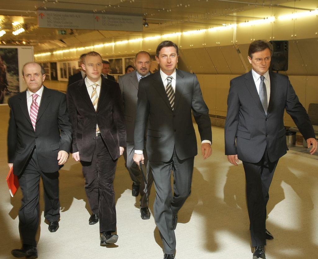 Pahor naj odstopi, sicer poleg ovadb še peticija